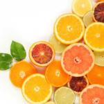 グレープフルーツ、レモン、ライムなどの柑橘類が半分にカットされている